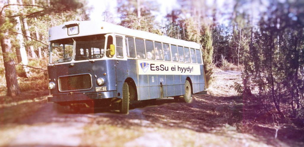 Kuvan kulkuneuvo ei fyysisesti vastaa tulevaa Jukolabussia eikä metsää ole vahingoitettu kuvan muodostamisessa